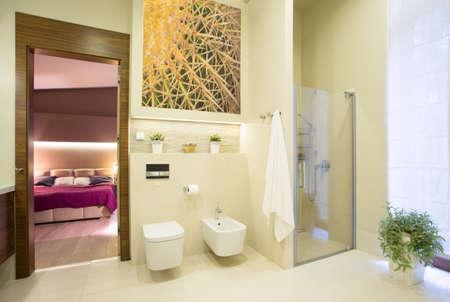 큰 현대 집 침실에서 열리는 호화스러운 목욕탕