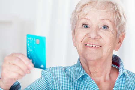 mujeres mayores: Mujer feliz Envejecido sosteniendo su tarjeta de crédito