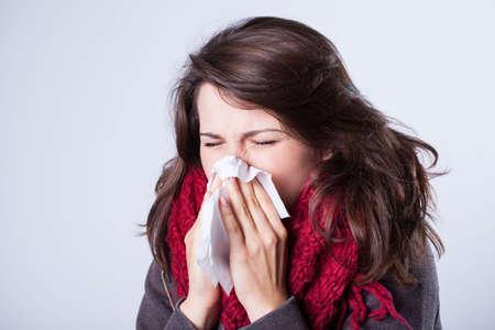 Vrouw met een loopneus met herfst griep Stockfoto
