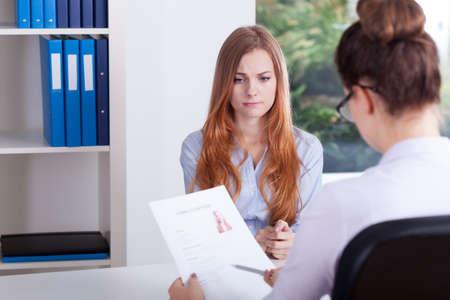 entrevista: Muchacha tensionada en una entrevista de trabajo en la oficina