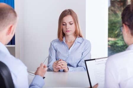nerveux: La jeune fille est en soulignant sur l'entrevue d'emploi