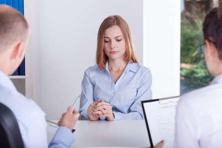 entrevista: La niña está haciendo hincapié en la entrevista de trabajo
