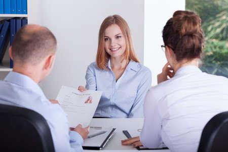 entrevista: Chica joven que da su CV a los empleadores