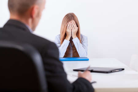 Fille brisé lors d'une entrevue dans le bureau Banque d'images - 34882428