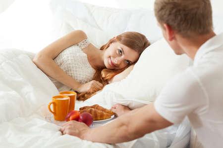 jovenes enamorados: Comience el d�a con el desayuno en la cama para truelove Foto de archivo