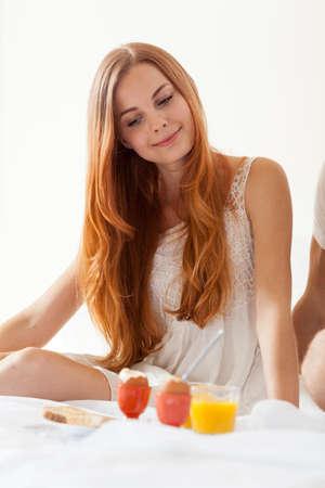 truelove: Young women eating breakfast in bedroom with men