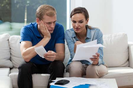 pieniądze: Horyzontalny widok z budżetu analizowanie rodzinnym małżeństwo