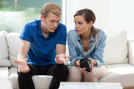 mariage: Vue horizontale du couple ayant portefeuille vide