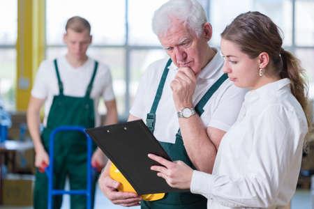 supervisión: Supervisor de hablar con el trabajador de almacenamiento en almacén