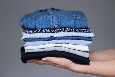 Horizontale weergave van perfect gestreken vrouwelijke kleding
