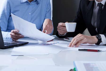 papeles oficina: Primer plano de los trabajadores de oficina durante su trabajo Foto de archivo