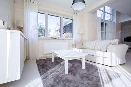 Eigentijds, wit licht woonkamer in appartement Stockfoto