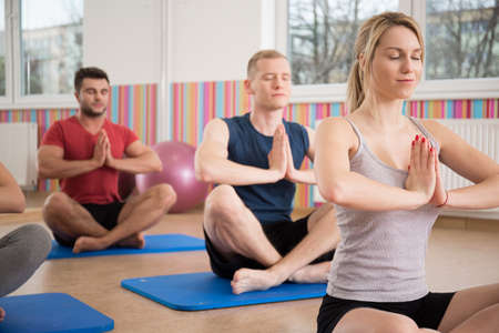 třída: Lidem, kteří sedí v lotosové pozici při jógy