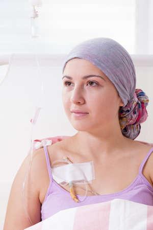 Portret van kanker meisje dat in het ziekenhuis Stockfoto - 35447398