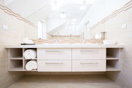 明るいバスルームの白い家具のビュー 写真素材