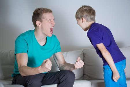 Afbeelding van een jonge vader schreeuwen tegen zijn zoon