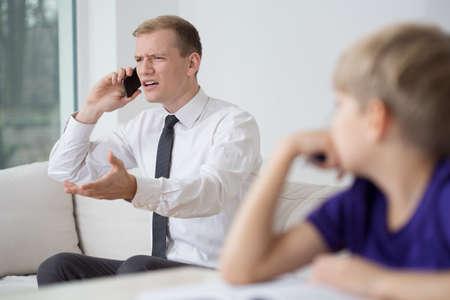 persona llamando: Imagen de la joven hombre de negocios que trabajan en casa Foto de archivo