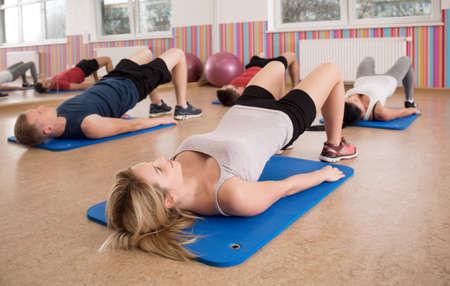 haciendo ejercicio: Las personas que realizan ejercicio de tapetes gimnasio
