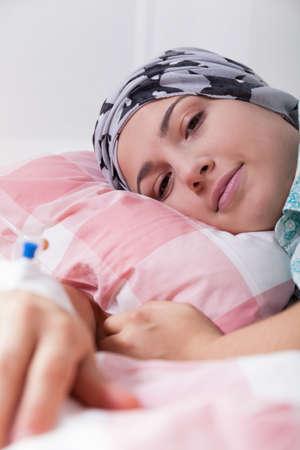 calvicie: Chica con leucemia tumbado en la cama de hospital