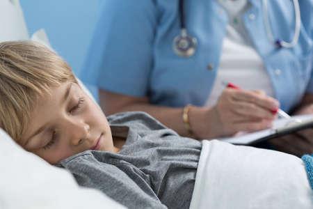 niño durmiendo: Primer plano de niño que duerme en cama de hospital