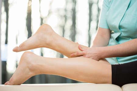 fisioterapia: Primer plano de masajista haciendo masaje en las pantorrillas Foto de archivo