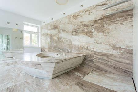 豪華なバスルームには大理石のタイルのインテリア