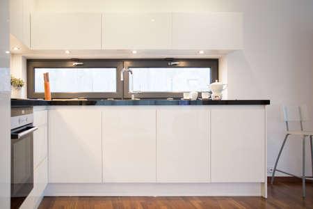 cuisine fond blanc: Int�rieur de cuisine moderne avec armoires de cuisine blancs