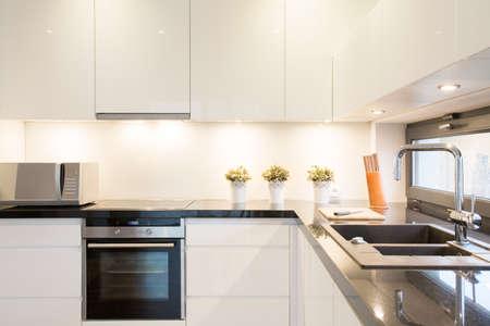 Close-up van de witte keuken eenheid in het moderne interieur Stockfoto