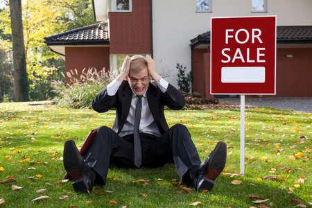 Hombre iracundo joven que intenta vender la casa Foto de archivo - 35478370