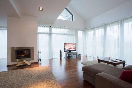 Beauty eingerichtete Wohnzimmer mit Sofa und TV Standard-Bild - 35478280