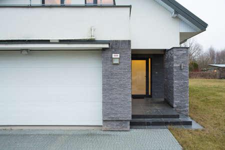 入り口の横の眺めの住宅 写真素材