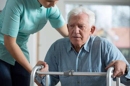paciente: Primer plano de hombre mayor miedo con andador