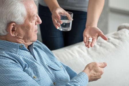 Weiblich Betreuer geben Sie die Medizin zu ihrer älteren männlichen Patienten