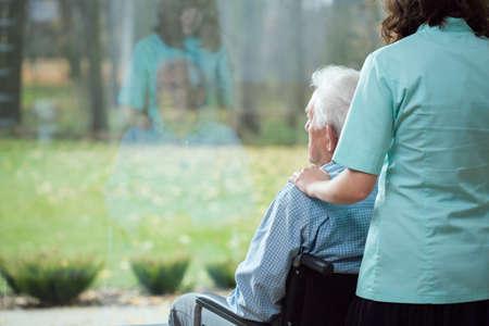 若い思いやりのある看護師は病気の患者の応援-アップ
