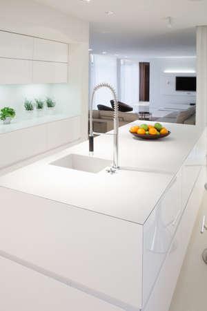 エレガントな高価な家の中の台所島