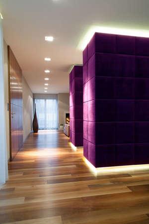 Aprire spazio interno con la parete viola, verticale
