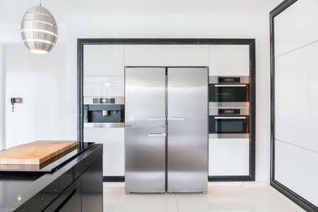 nevera: Vista de cocina caro en casa moderna Foto de archivo