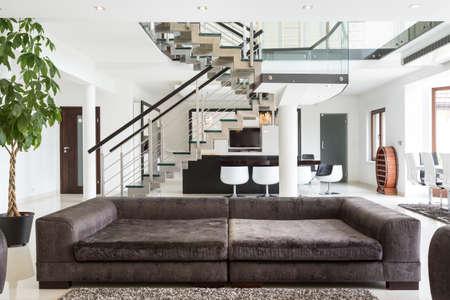 高価な家の設計されたソファのビュー 写真素材