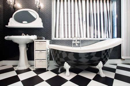 cuarto de ba�o: Interior moderno del cuarto de ba�o con azulejos de espalda y blanco