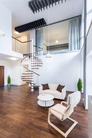 新しいエレガントなアパートで空想の中階段