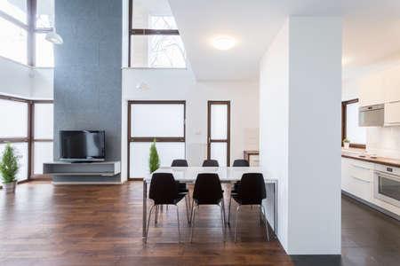 木製の床の広々 としたラウンジの大きな白いテーブル 写真素材