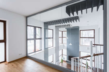 Grote spiegel op de muur in de nieuwe moderne ruimte