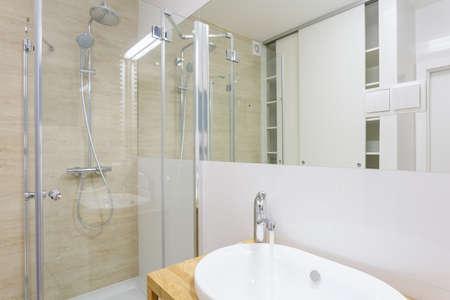 vaso vacio: Ducha moderna con puerta de cristal en la nueva lavadero