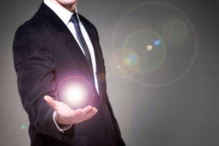 Afbeelding van zakenman die de macht in de hand