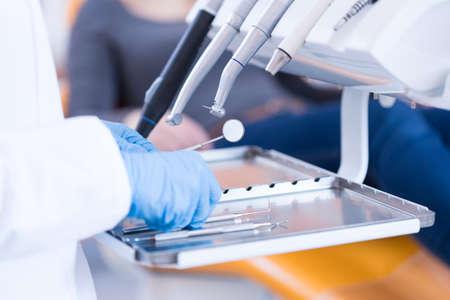 the equipment: Primer plano de las manos del dentista y equipo dental Foto de archivo