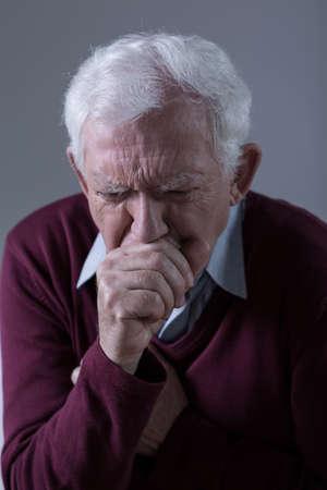 tosiendo: Vista vertical de los malos hombre tos de alto nivel