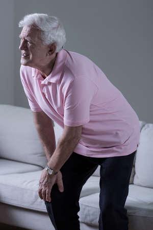 de rodillas: Hombre mayor sufrimiento para la osteoartritis de la rodilla