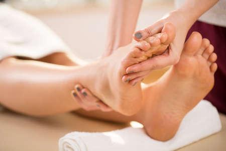 masajes relajacion: Primer plano de masaje en los pies de la mujer joven