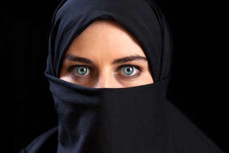 ojos azules: Close-up de la mujer musulmana llevar el velo en la cara