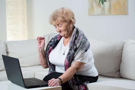 abuela: Abuela moderna hablando por skype con el nieto